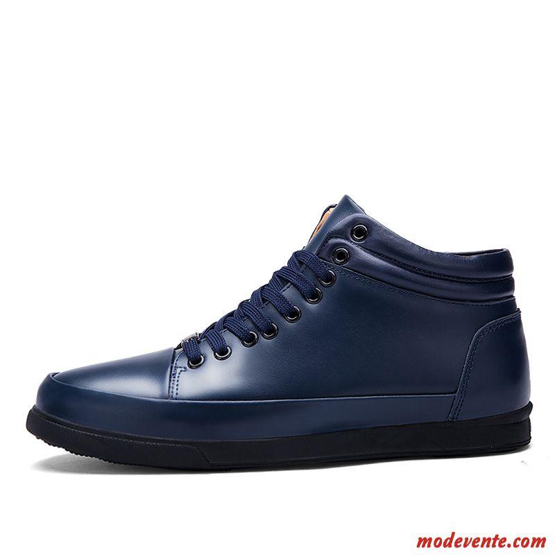 Les chaussures basses pour Hommes à lacets plus chics en cuir s'harmonisent avec une tenue de bureau décontractée comme un jeans foncé ou un pantalon en tissu. Les sneakers en textile et les mocassins peuvent aussi apporter une touche de mode avec un short, en été.